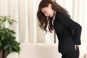 ストレスで腰が痛い女性の画像