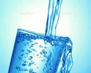 コップに水が入っている画像