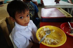 食事をする子供の画像